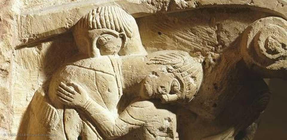 Abbraccio, XII sec, proveniente dalla Cattedrale di Poitiers ora custodito presso il Musée Sainte Croix.