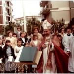 Mons. Aldo Garzia celebra la Messa all'esterno dei locali di via Di Vagno