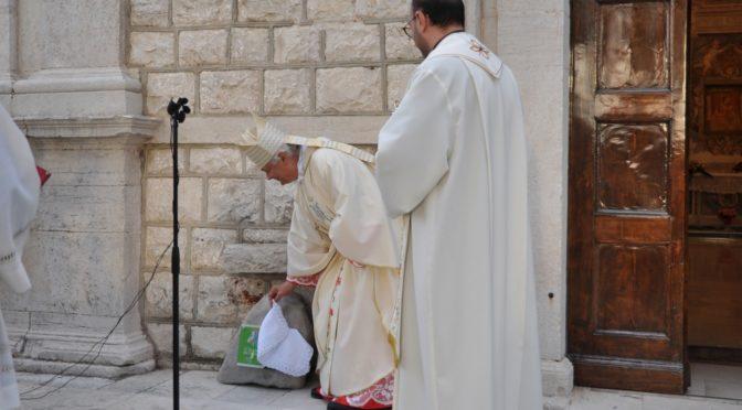 """Una pietra d'inciampo presso il Santuario """"Madonna delle Grazie"""" in Memoria di don Tonino Bello"""